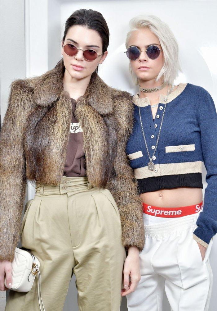 Кендалл Дженнер и Кара Делевинь на Шоу Chanel на Неделе моды в ... d6382805179