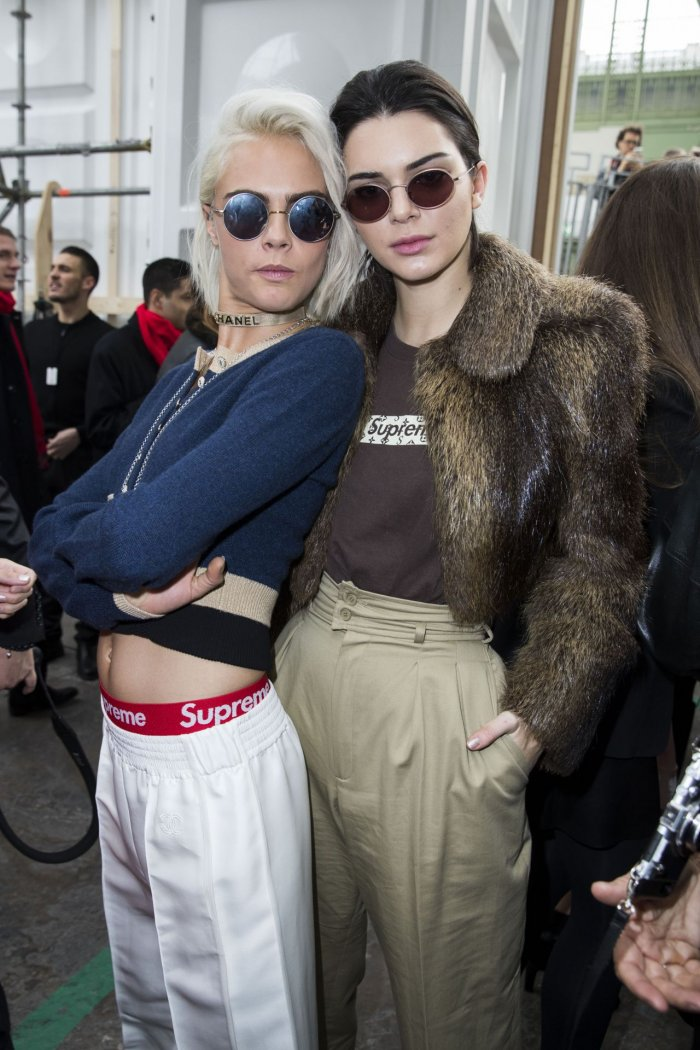 Кендалл Дженнер и Кара Делевинь на Шоу Chanel на Неделе моды в Париже,  Backstage 99b97b3db1d