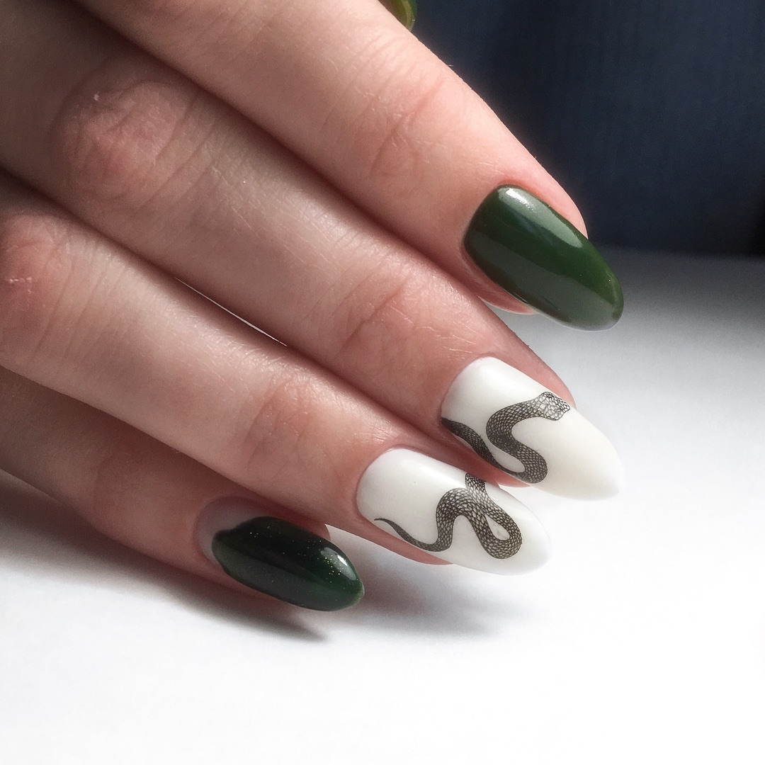 Ногти со змейкой фото