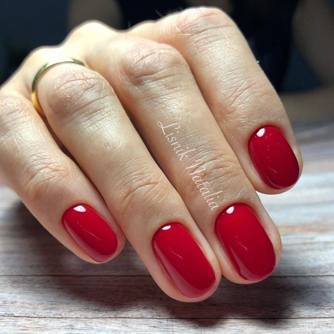 Маникюр красный лак на короткие ногти (49 фото)
