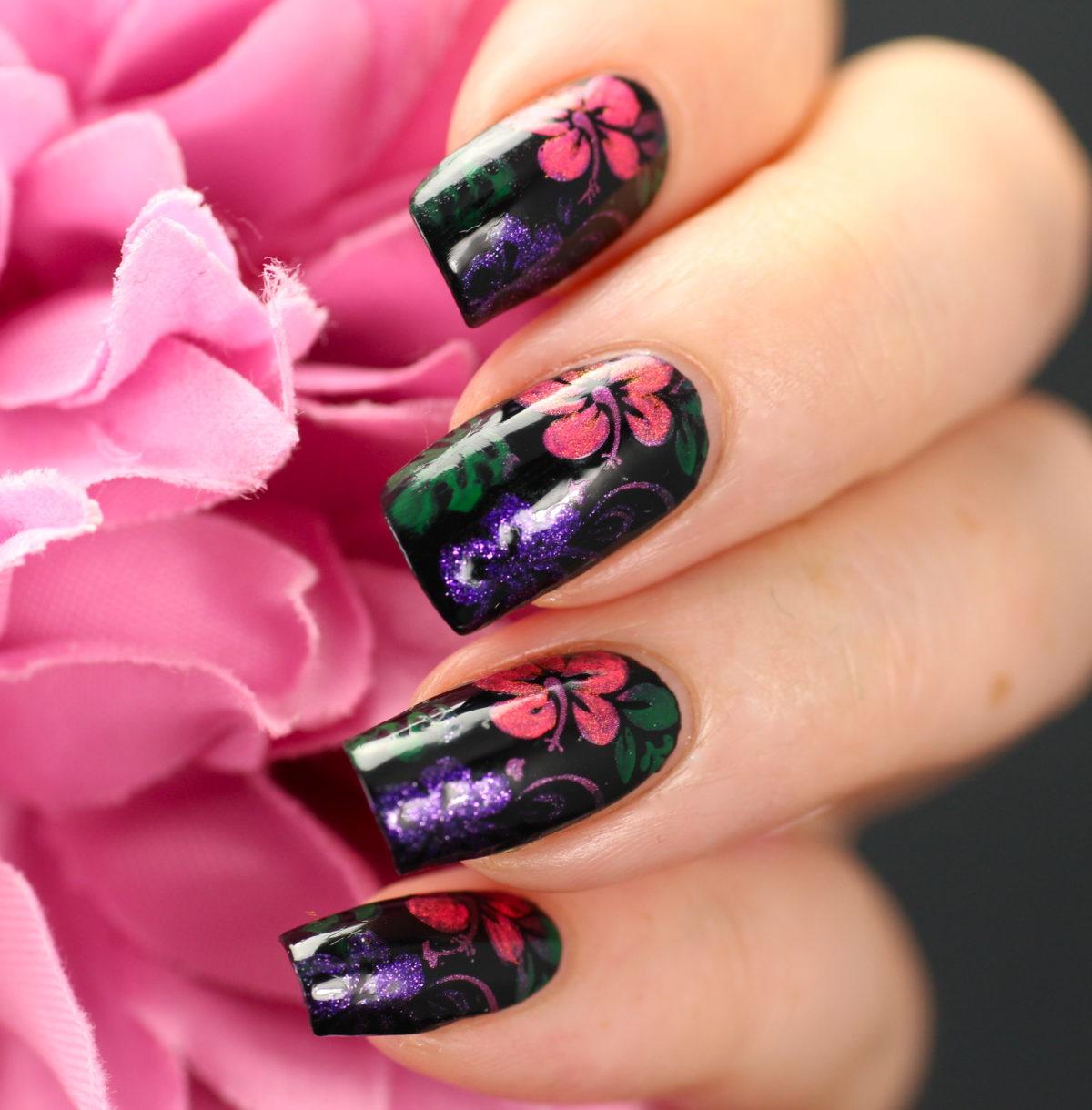 Цветы на черных ногтях фото