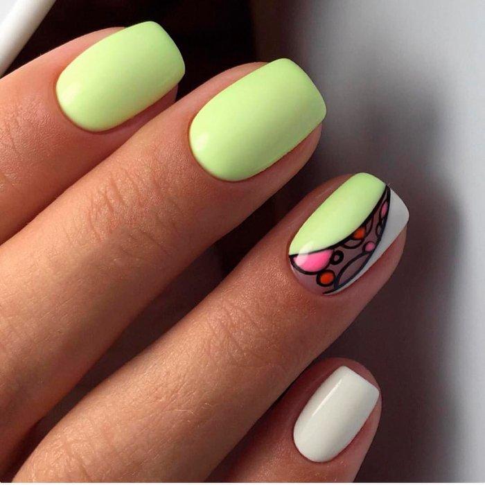 Яркие ногти на море