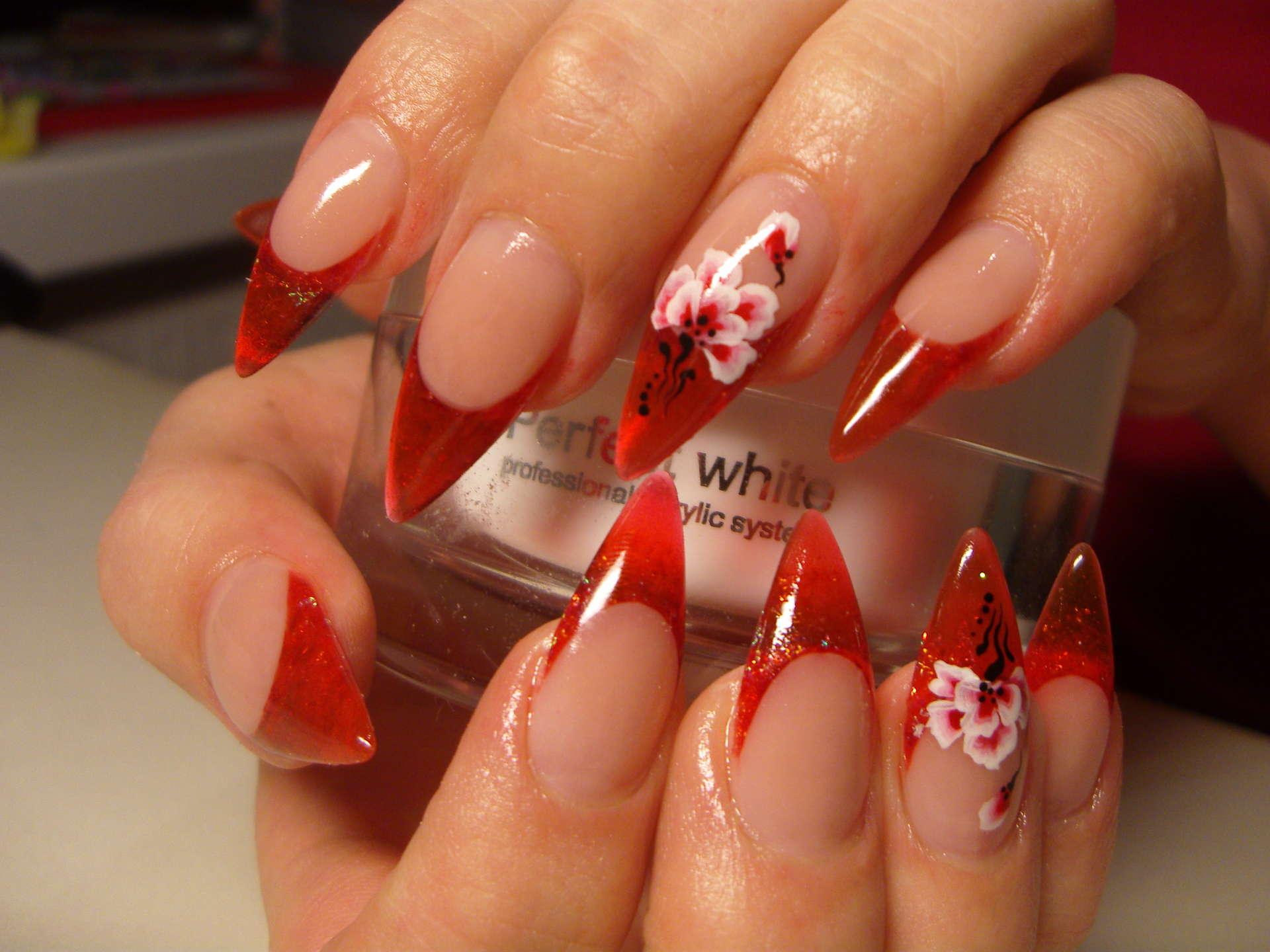 Красный френч на острых ногтях фото
